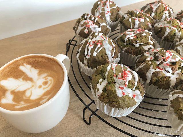 クリスマスイブ.雨のなか、たくさんのお客様にご来店いただきありがとうございます..immでは、クリスマスカラーのマフィン(抹茶ホワイトチョコ)を今日明日とおいてます.ホワイトチョコたっぷりで、ケーキを食べてるかのような満足感。..エスプレッソチョコレートのマフィンも久々登場です。.ぜひお試しください