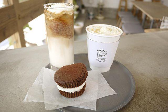 本日から登場のNEW DRINK『ホワイトソイラテ』豆乳とカカオ、ホワイトチョコをベースにエスプレッソを1ショット!ホワイトチョコソースとクリームをトッピングした甘党系ドリンクですそれに伴い人気のカフェオランジェは一旦終了とさせていただきますそしてそして、本日は『ティラミスマフィン』も登場してます🤗