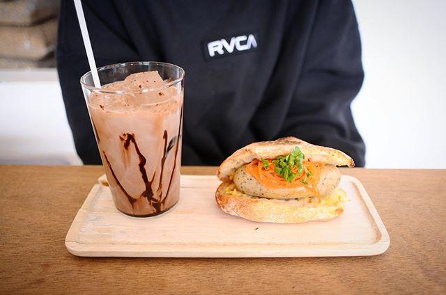 昼からは少しづつ暖かくなりますね🌞午後のコーヒータイムにピッタリの天気です️.本日のお菓子は売り切れましたが、サンドイッチはもう少しあります🤤.自家製ソーセージシリーズのチキンとキノコのホットドックはキノコを練りこんだ鶏挽肉をソーセージにしてます🌭ヘルシーながらしっかりと食べごたえがありますパンは @seika_paincloche の最高に美味しいチャバタを使ってます♀️.美味しいコーヒーと一緒にいかがですか?🤷♀️.本日も18時までお待ちしてます🦍