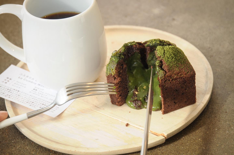 今日もいい天気ですね🌞暖かい🧣.本日の焼菓子は、フォンダンショコラ抹茶フォンダンショコラブルーベリーパルメザンスコーン柚子とさつま芋の抹茶パウンド(売切).フォンダンショコラ1日に焼ける数が少ないですがバレンタインまで毎日おやつ時には焼きます温めるととろける美味しさです🤤.本日もお待ちしてます🦍