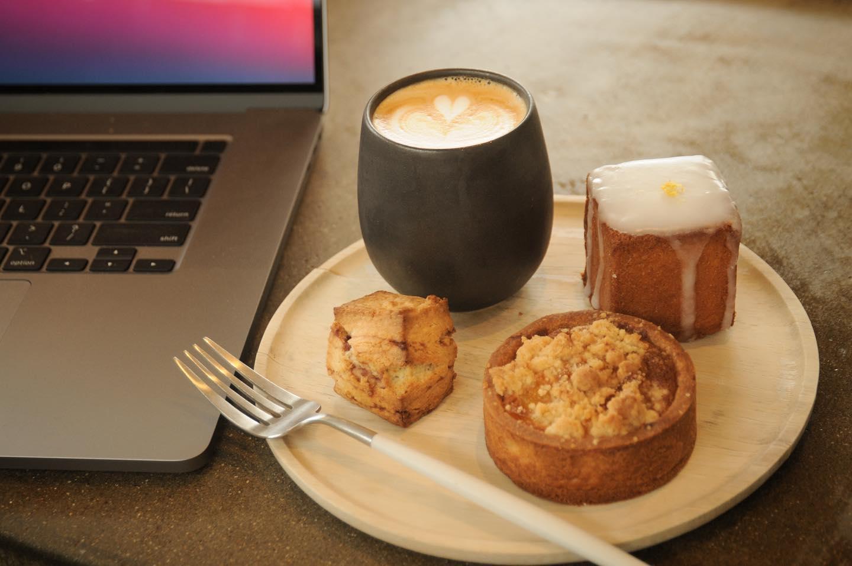 今日は寒いですね温かいコーヒーが染みます️.本日の焼菓子は、ウィークエンドシトロン🍋あん塩スコーンパイナップルとオレンジのタルト.ひと休みにいかがですか?🤷♀️本日もお待ちしてます🦍