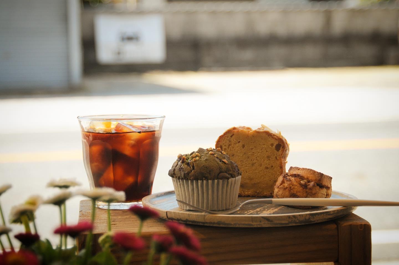 3月ですねなにかと忙しい月ですがワクワク多い季節ですね️.本日の焼菓子は、抹茶チョコマフィンあん塩スコーンバナナブレッド.暖かいので水出しコーヒーのパックがよく出てます️華やかな香りとマイルドな飲み口でガブガブ飲める美味しいアイスコーヒーです♀️香りを楽しむためにストローなしで飲むことをオススメしてます🥤.本日もお待ちしてます🦍