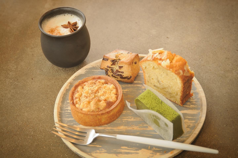曇りですね️.本日の焼菓子は、抹茶のテリーヌバナナブレッドチョコスコーンパイナップルオレンジタルト.少し寒いので温かいコーヒーで暖まりましょう️.本日もお待ちしてます🦍