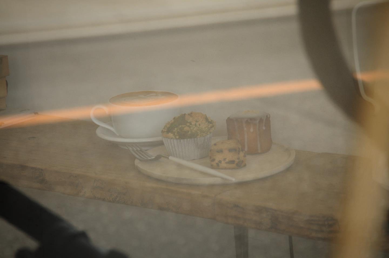 空が澄んでていい天気ですね🌞散歩したくなりますね♀️.本日の焼菓子は、ウィークエンドシトロン🍋チョコスコーン抹茶ホワイトチョコマフィン.週初めにしては珍しく朝からたくさんご来店いただき食べ物が少なくなってます.コーヒー豆はたっぷり用意してますので散歩のお供にいかがでしょうか?️.本日もお待ちしてます🦍..@imm_coffeebox は吉香公園そば、11:00-15:00