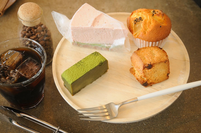 風が気持ちいいですね.本日の焼菓子は、苺のレアチーズケーキ抹茶のテリーヌアールグレイホワイトチョコスコーンさつまいもクリームチーズマフィン.お散歩のお供に美味しいコーヒーと一緒にいかがですか?🤷♀️.本日もお待ちしてます🦍